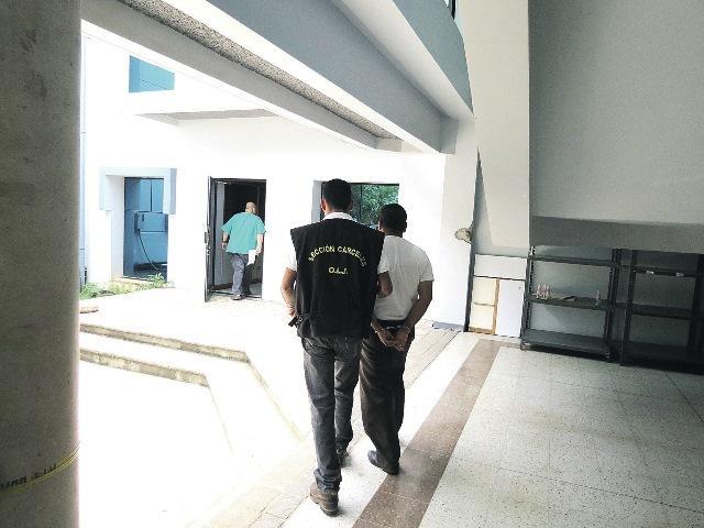 Un oficial de cárceles del OIJ custodia al pastor de apellido Gutiérrez, a quien trasladaron esposado hasta el calabozo, donde aguardará varios días