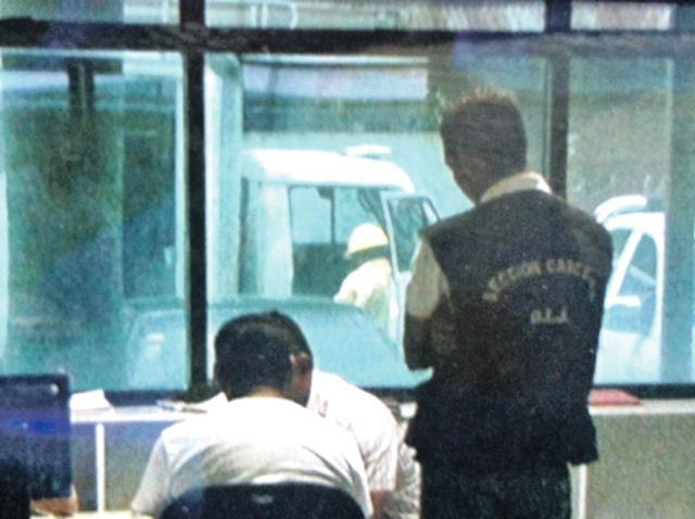 Sentado en la silla de los acusados y custodiado permaneció el líder religioso acusado de 22 delitos de abuso sexual contra tres adultos y un menor de edad