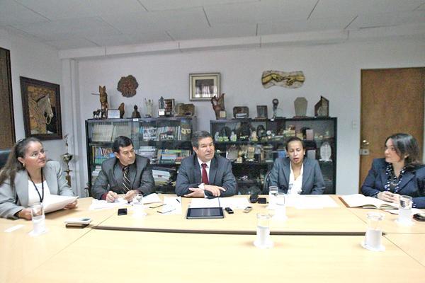 Iary Gómez, gerente general de Grupo Extra y Marcela Villalobos, subdirectora de DIARIO EXTRA, entrevistaron a Carlos Mata, presidente de la junta directiva, a Mirna Ramírez, jefa del Departamento de