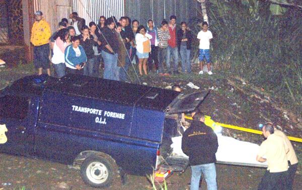 Agentes del OIJ levantaron el cuerpo frente a decenas de vecinos que lo observaban