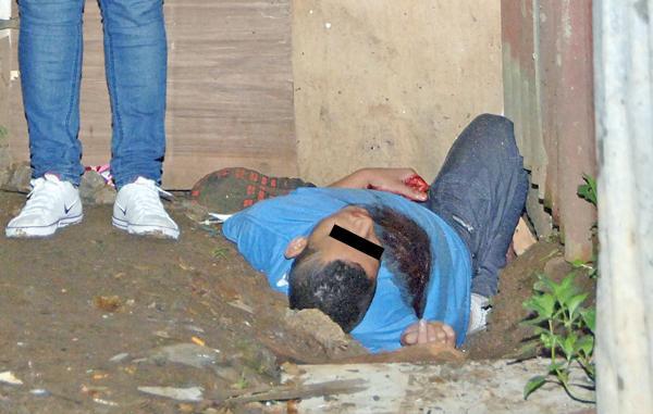 El cadáver de Bryan Alvarado quedó en un charco de sangre en Alajuelita. Sus familiares estaban atónitos en la escena
