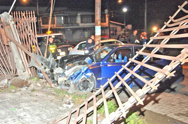 El vehículo quedó destruido entre el poste y el portón de la iglesia de Zapote. Los daños materiales fueron de consideración