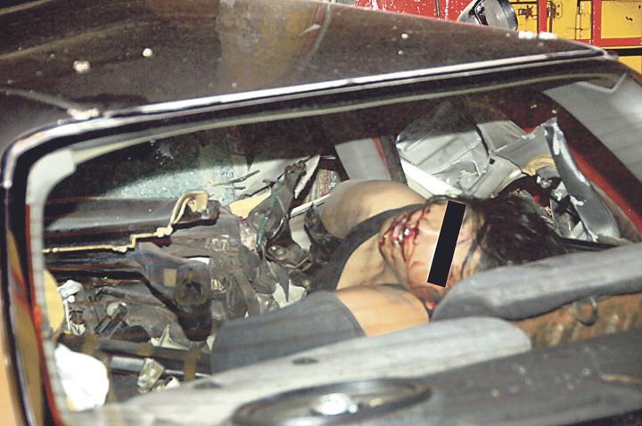 El cadáver de un joven quedó prensado entre las latas luego de colisionar violentamente contra un poste del tendido eléctrico