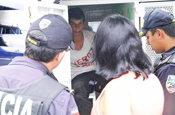 """El joven Ortega, apodado """"Chicharrón"""", quedó con los pantalones sucios y rotos, tras la jugada que hizo"""