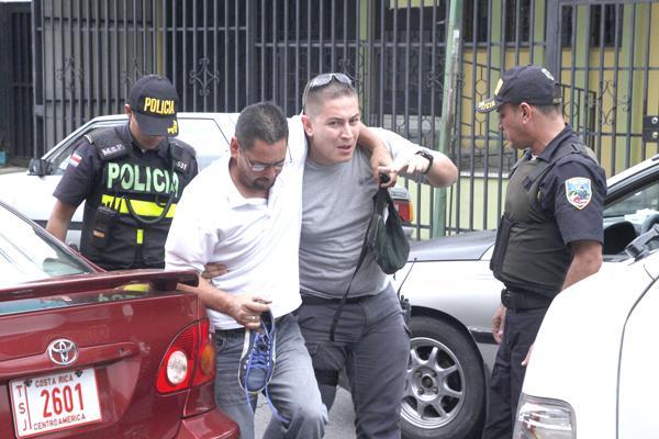 El taxista se fracturó su pierna izquierda por pegarle una patada al sospechoso, con la que logró detenerlo