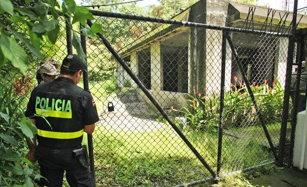 Momentos que un oficial de la Fuerza Pública y una funcionaria del MINAE ingresaban al zoológico Simón Bolívar