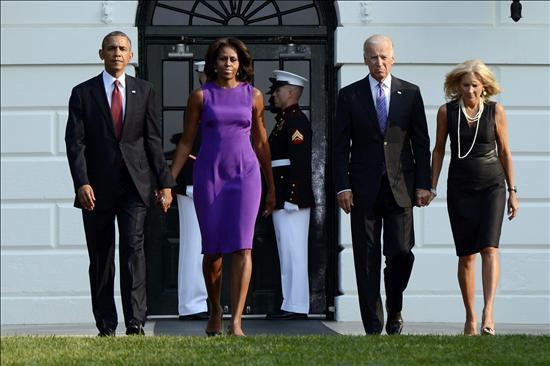 El presidente estadounidense, Barack Obama (i-d), su esposa, Michelle Obama, el vicepresidente estadounidense, Joe Biden, y su mujer, Jill Biden