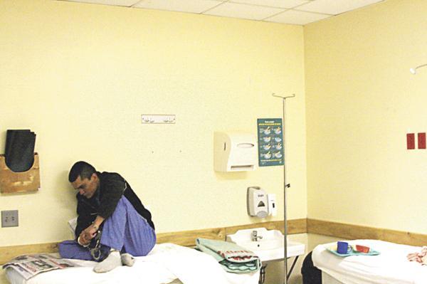 Otro recluso esposado estuvo varios minutos solo leyendo DIARIO EXTRA en un salón del centro médico