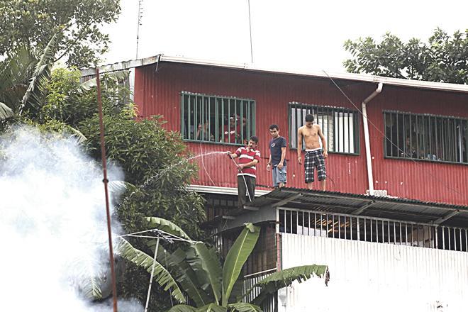 Algunos vecinos salieron con mangueras para proteger otras viviendas que corrían peligro de ser alcanzadas por las llamas