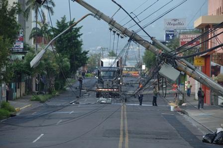 Un tráiler se trajo abajo cuatro postes de alumbrado público y quebró al menos otros tres la madrugada de hoy en  el sector de Calle Morenos