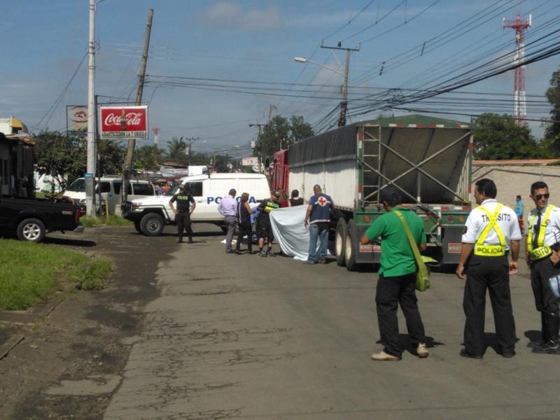 Las llantas de un camión apagaron la vida de una menor de 11 años, identificada preliminarmente por las autoridades como de apellidos Castillo Madrigal