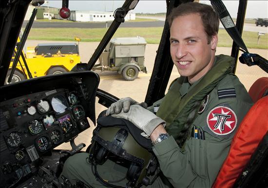 El príncipe Guillermo de Inglaterra posa en un helicóptero de las Fuerzas Aéreas en Anglesey