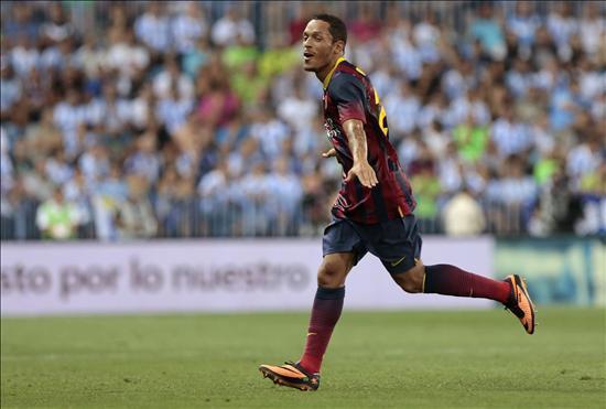 El defensa brasileño del FC Barcelona Adriano Correia celebra un gol