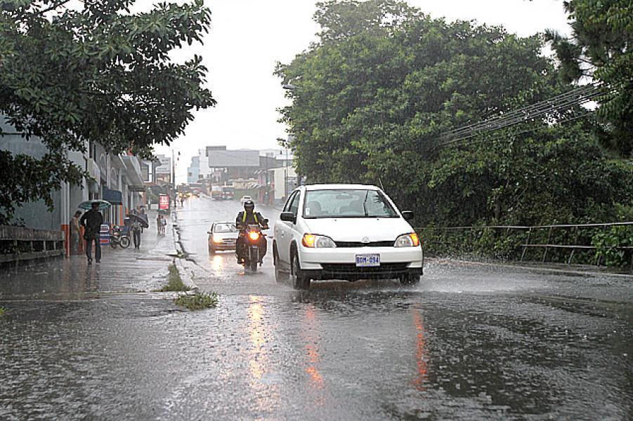 Tras los cielos despejados y las bochornosas temperaturas que nos acompañan esta mañana, los aguaceros y las tormentas eléctricas se adueñarán de la tarde