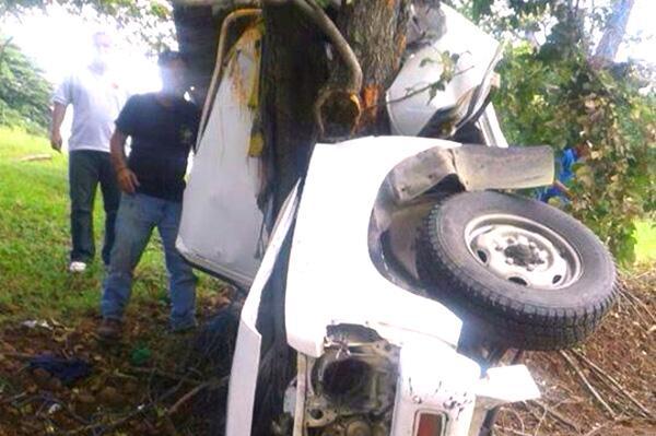 El carro quedó abrazado al árbol, el choque fue muy violento