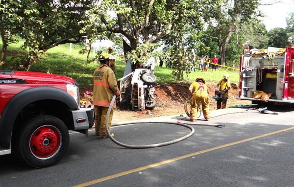Con equipo hidráulico los bomberos trabajaron en la escena para liberar los dos cadáveres
