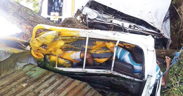Los cuerpos quedaron prensados dentro del pick up tras el vuelco y la colisión