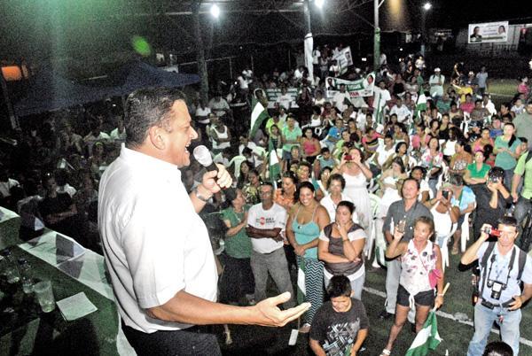 Johnny Araya recorrió el Puerto este fin de semana, dijo que de ganar las elecciones su gobierno será amigo de los pescadores, y reiteró su compromiso con la reconstrucción del hospital Monseñor Sanab