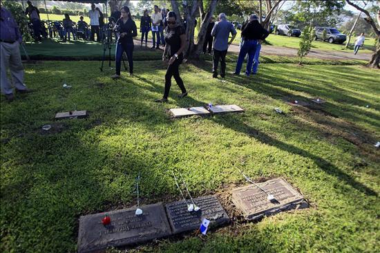 Diario extra paname os conmemoran 24 a os de la invasi n for Cementerio jardin de paz panama