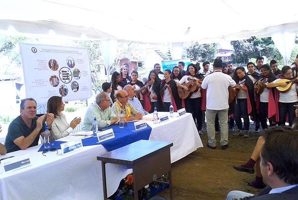 La mandataria disfrutó la música de la estudiantina de San Carlos