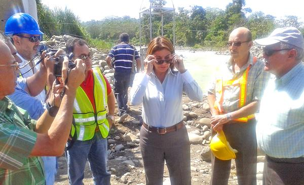 Chinchilla inspeccionó las obras del puente sobre el río Toro