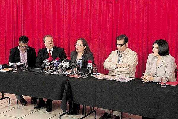 Iary Gómez, Paola Hernández y el abogado Carlos Serrano viajaron hoy a Barbados para incorporarse a la cita donde expondrán el caso de espionaje