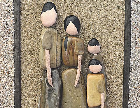 Diario extra familias de piedra viven en el collage for Cuadros hechos con piedras