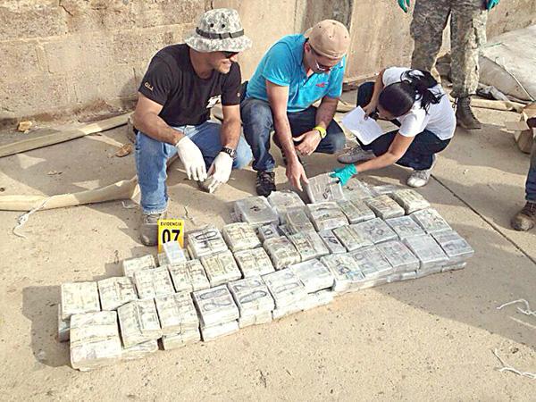 Las autoridades realizaron el conteo de los fajos de dólares que los sospechosos tenían