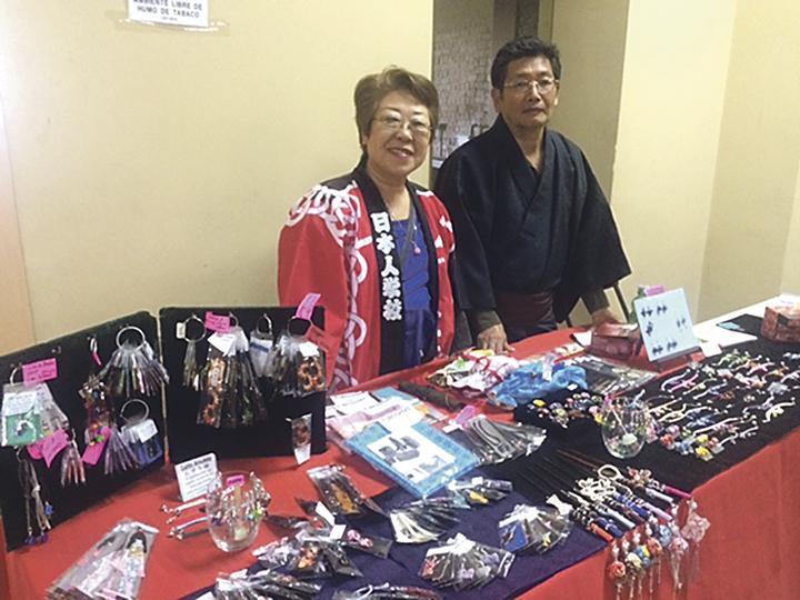 Tomiyo e Hideo Yakushiji ofrecieron bisutería japonesa