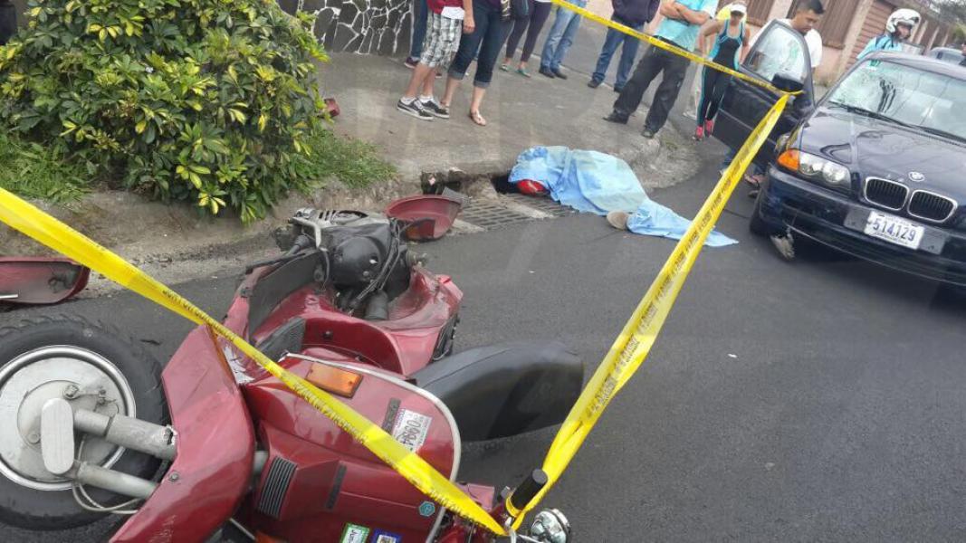 Motociclista muere tras ser embestido por carro