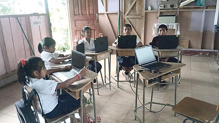 Algunos alumnos aprovecharon para matar fiebre con las computadoras