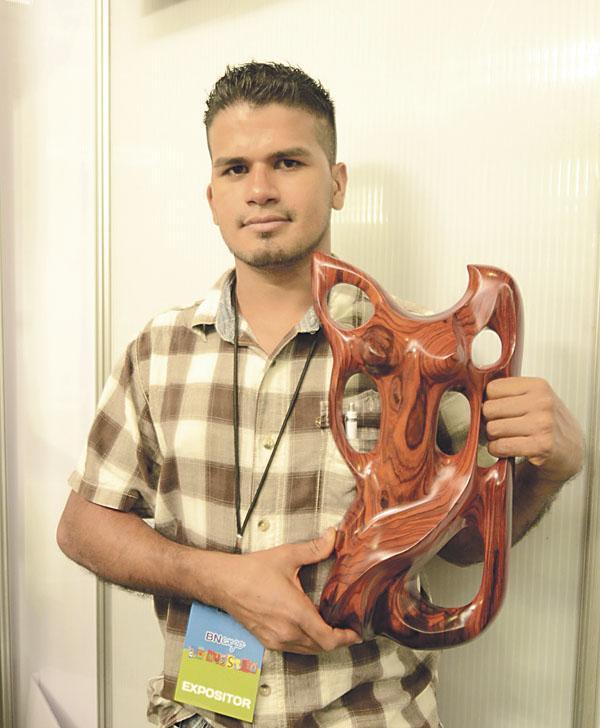 El guanacasteco trabaja maderas de todo tipo y su habilidad le permite