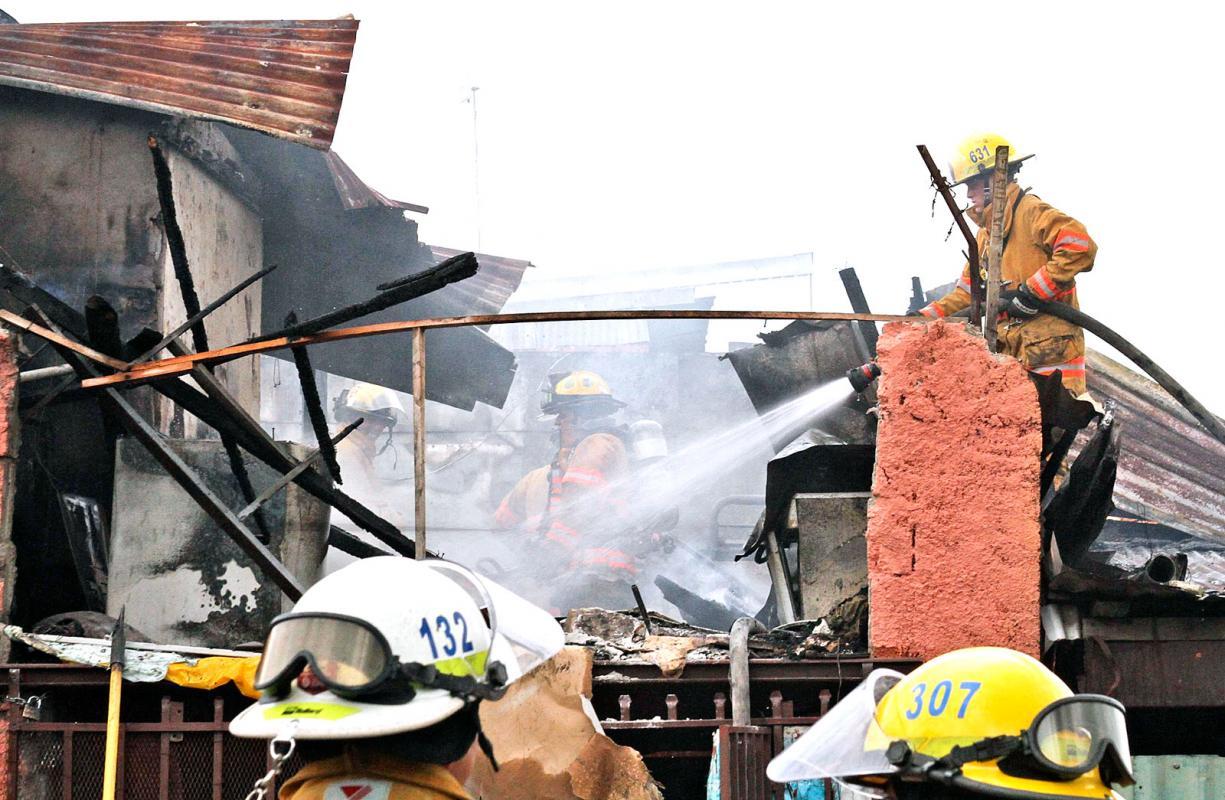 Diario extra 3 casas en llamas por chispazo en la cocina for Llama en la cocina