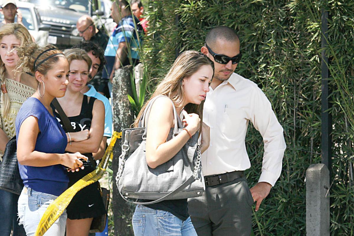 Con su inseparable bolso, esta mujer que tiene un hijo con el extranjero llegó acompañada de sus amigos tras conocer la fatal noticia.