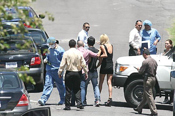 Mujeres y hombres aparecieron a la escena del crimen para conocer de primera mano lo ocurrido con un hombre, el cual era asediado por el sexo femenino.