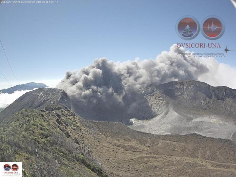 Volcán Turrialba expulsó ceniza esta tarde