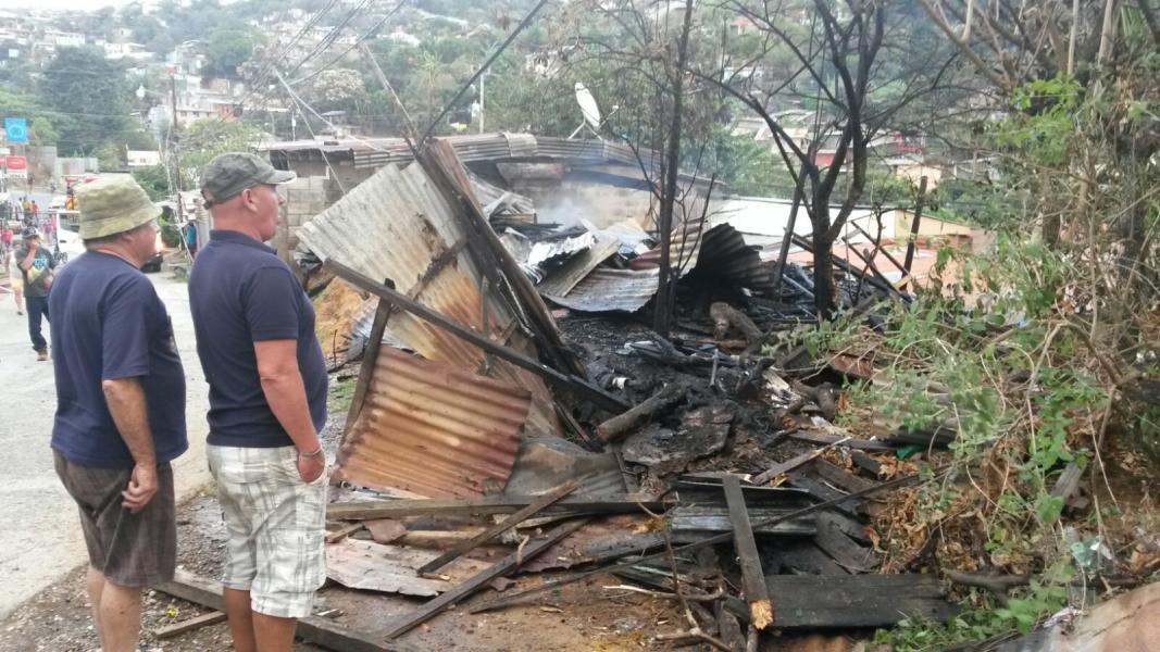 Fuego acaba con humilde casa en Desamparados