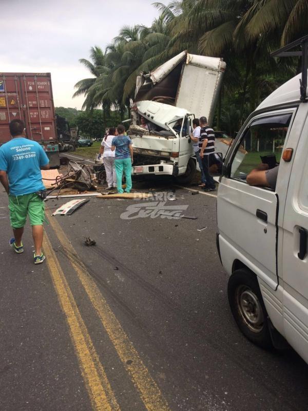 Dos heridos tras colisionar tráiler contra camión en Pocora - Diario Extra Costa Rica