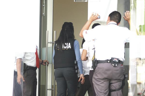 Agentes judiciales ingresaron a una oficina ubicada en Plaza Escazú, donde decomisaron documentos importantes para la investigación.