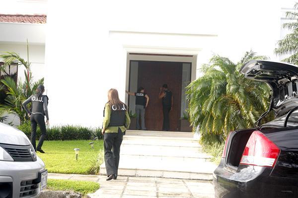 La vivienda del empresario mexicano de apellido Herrera fue visitada por los agentes del OIJ, quienes rompieron una puerta para ingresar.