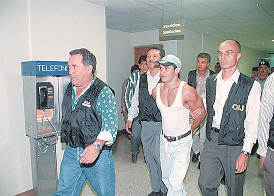 """De acuerdo con la policía judicial, Henry Marín Quesada, conocido como """"El Sable"""" habría violado a una joven modelo en La Reforma. En la  gráfica cuando era esposado y llevado a celdas en el año 2000."""