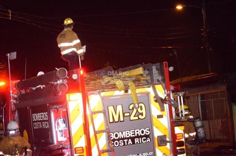 Sucesos Llamas se tragan 3 viviendas en San Francisco de Dos Ríos - Diario Extra Costa Rica