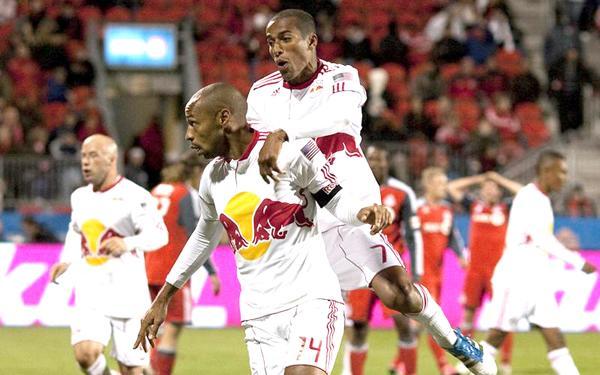 El tico Roy Miller salta sobre Thierry Henry luego de una anotación del francés con el New York Red Bull.
