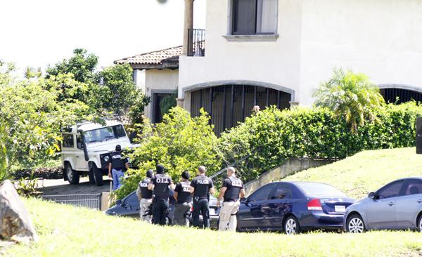 El vehículo marca Mercedes Benz (color blanco con la puerta abierta) fue decomisado por la policía por lo que fue subido a una grúa de plataforma