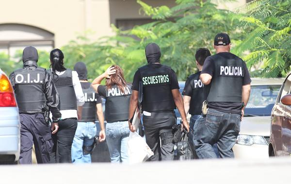 Luego del allanamiento, los agentes del OIJ sacaron evidencia del residencial Montesol en Pozos de Santa Ana