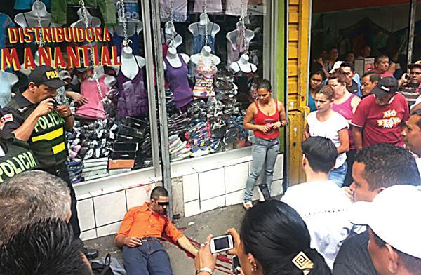 El cuerpo de Antonio Quirós, de 30 años, quedó postrado en la acera de la avenida 1, luego de haber recibido cinco balazos en su cara producto de un ajusticiamiento
