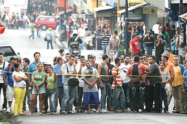 """La famosa """"Zona Roja"""" capitalina, se encuentra siempre en el ojo de las autoridades. Decenas de personas se acercaron la escena del crimen"""