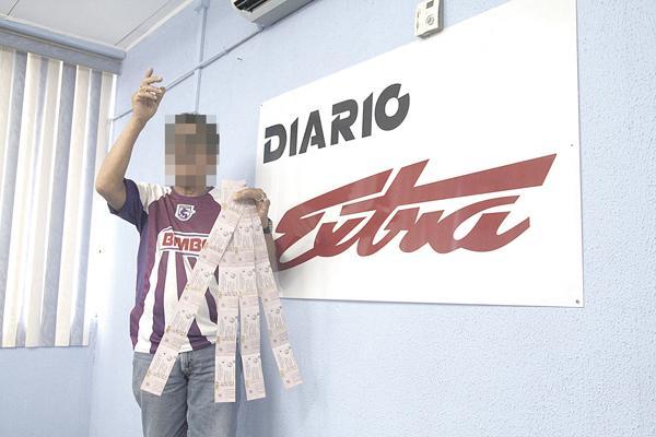 """""""El Indio"""" visitó DIARIO EXTRA con más de 50 entradas. Aquí posa con algunas de las que afirma le revendieron en la propia Fedefútbol"""