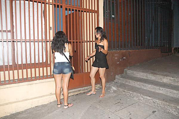 """Las atemorizadas testigos del """"Obama tico"""" no pudieron abrir el portón de su casa tras el susto que les causó el desnudista."""