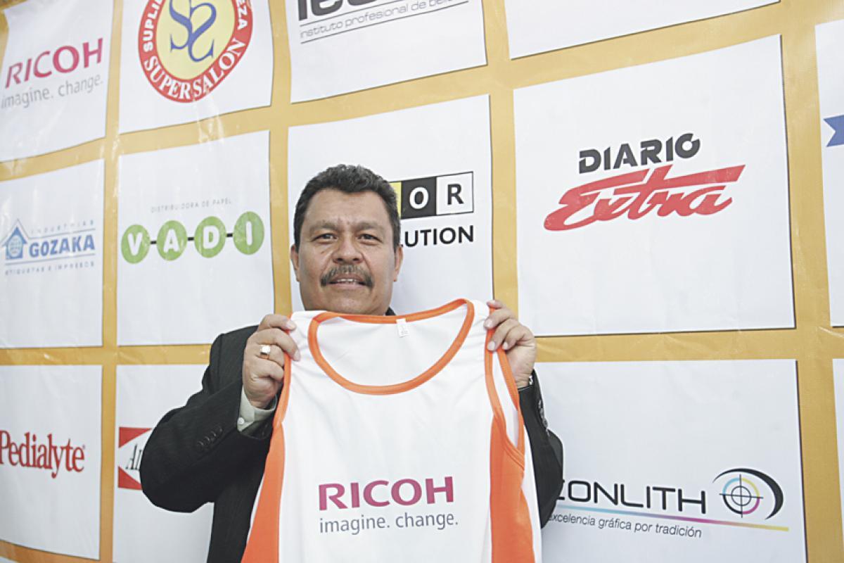 Eduardo Torres muestra la camiseta oficial de la carrera de la Industria Gráfica, prueba que se efectuará el 13 de julio